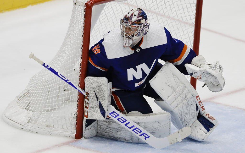 Голкипер «Айлендерс» Варламов признан третьей звездой дня в НХЛ