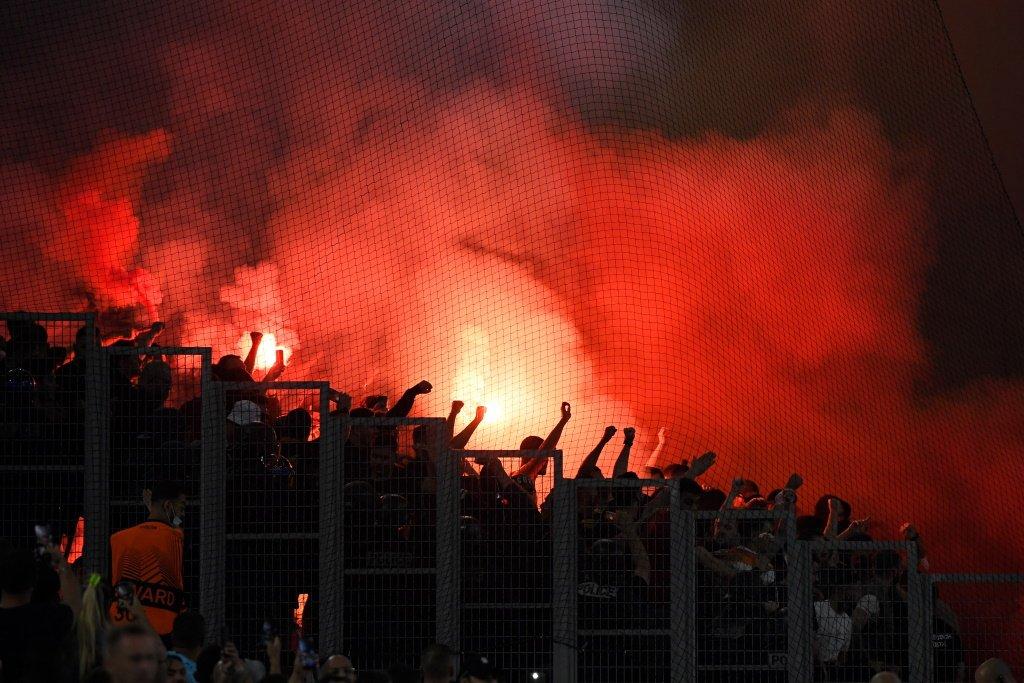 Фанаты львовских «Карпат» жарили сосиски на трибунах стадиона во время матча