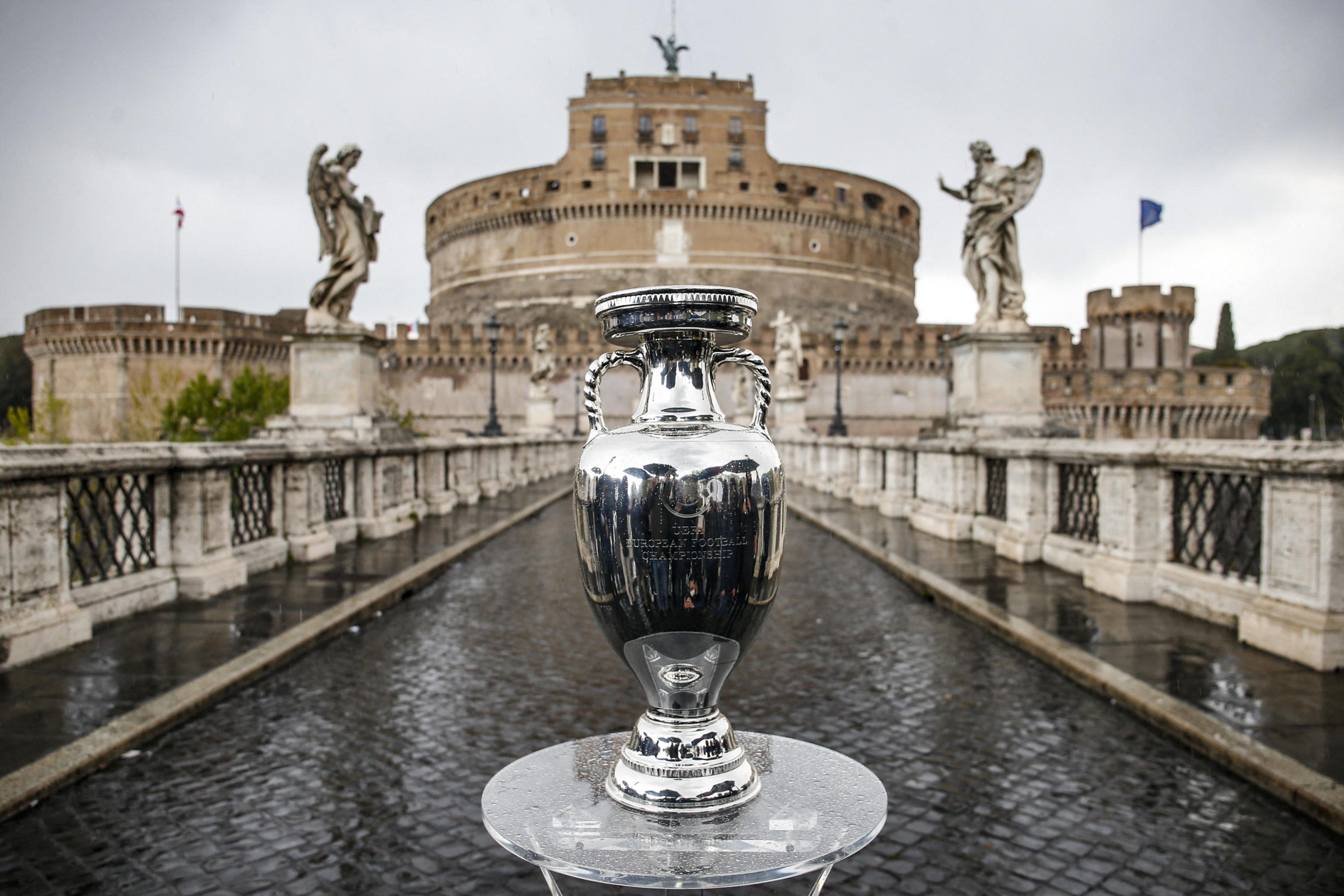 Маски, бронирование и сертификация: Рим возвращается к жизни до коронавируса с Евро-2020
